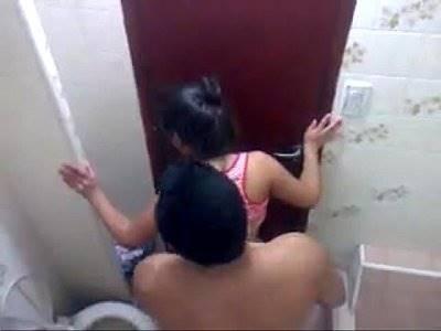 Flagra porno dessa novinha fudendo no banheiro